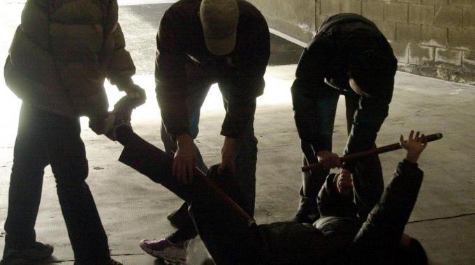 Chieti: massacrato da 10 armati di mazze da baseball, ancora in prognosi riservata