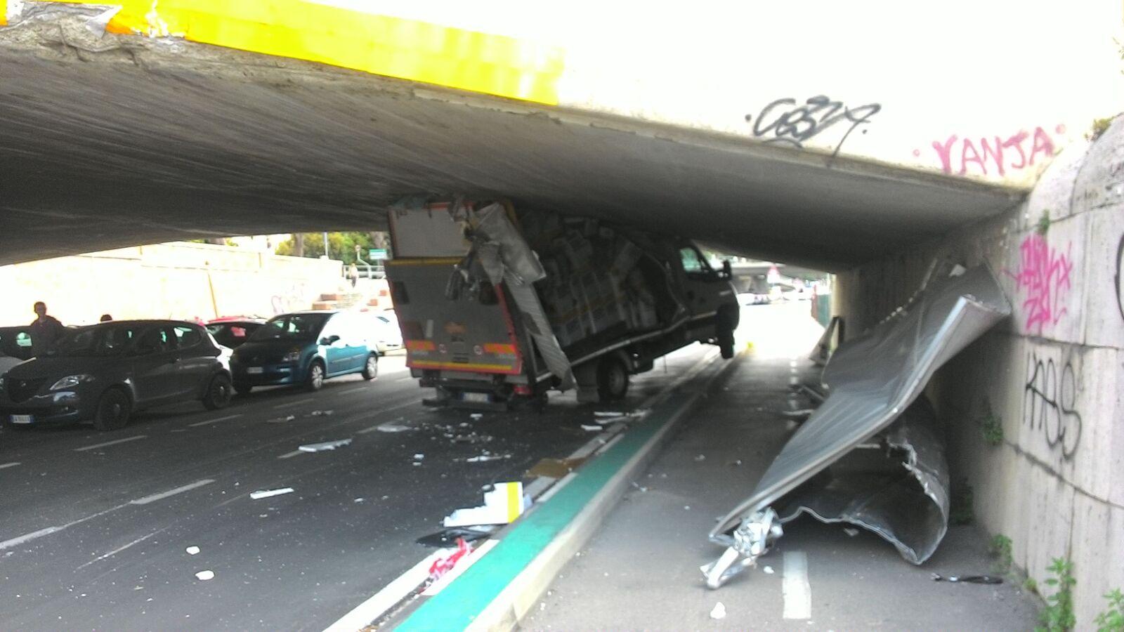 Pescara: camion incastrato sotto ponte Risorgimento (Video)