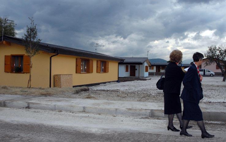 L'Aquila, via alla demolizione della casette di legno