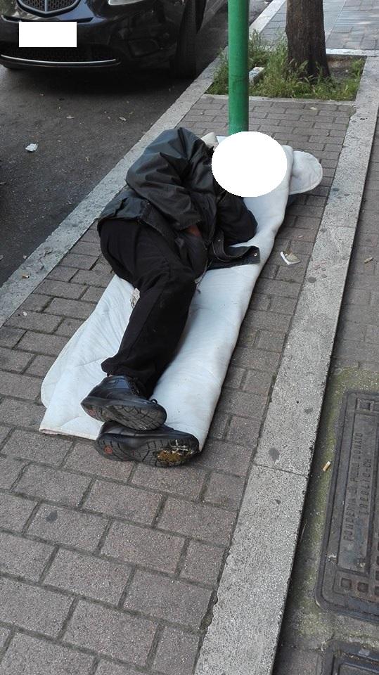 Pescara: dorme in strada in centro, in pieno giorno