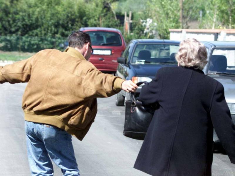 Sulmona: Esce dal carcere e scippa un'anziana