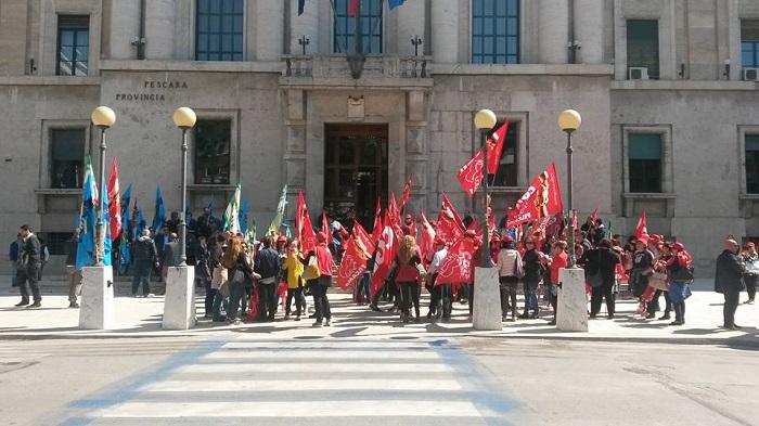Sit-in dei lavoratori del settore delle pulizie a Pescara