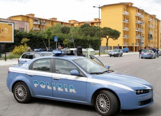 Rancitelli Pescara: cassonetti e rami bloccano la strada, intervengono le forze dell'ordine