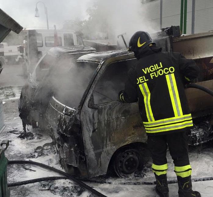 Pescara: tre mezzi Attiva distrutti da fiamme