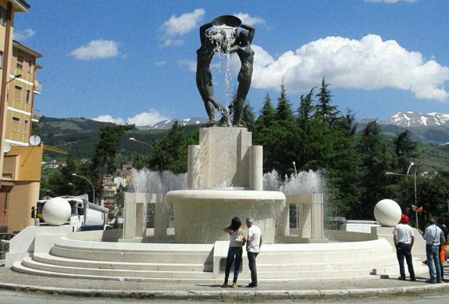 L'Aquila, Fontana luminosa: parcheggi e negozi sotterranei