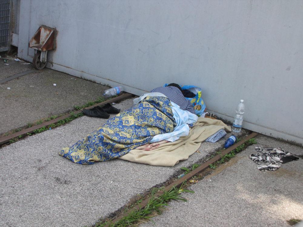 Stazione Pescara: sgomberato un altro bivacco di senza tetto