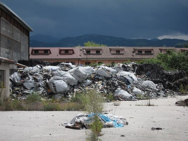 Ortucchio, discarica degli orrori. Le foto dei rifiuti bruciati tra le case