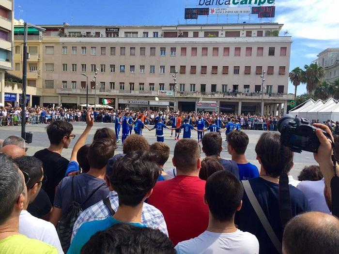 Calcio: duemila tifosi in Piazza Salotto per il Pescara