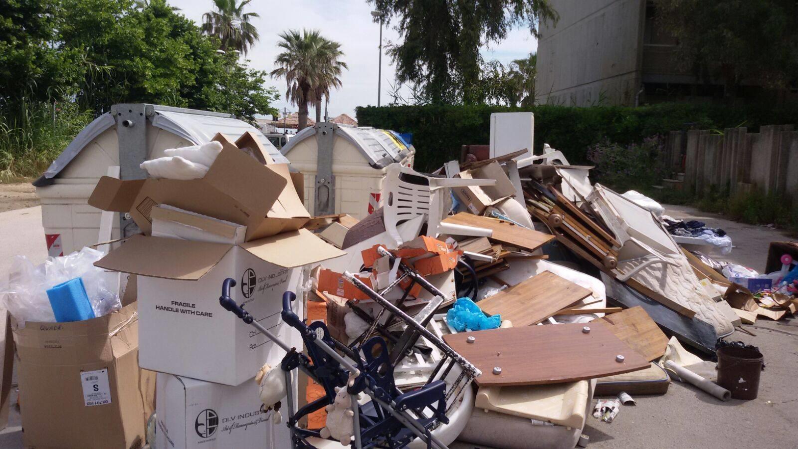 Montesilvano: Via Ariosto sommersa dai rifiuti