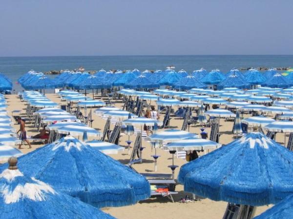 Spiagge abruzzesi affollate per il ponte del 2 giugno