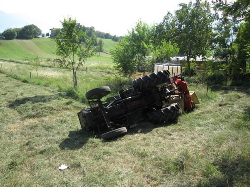 Pollutri, 51 enne si ribalta col trattore