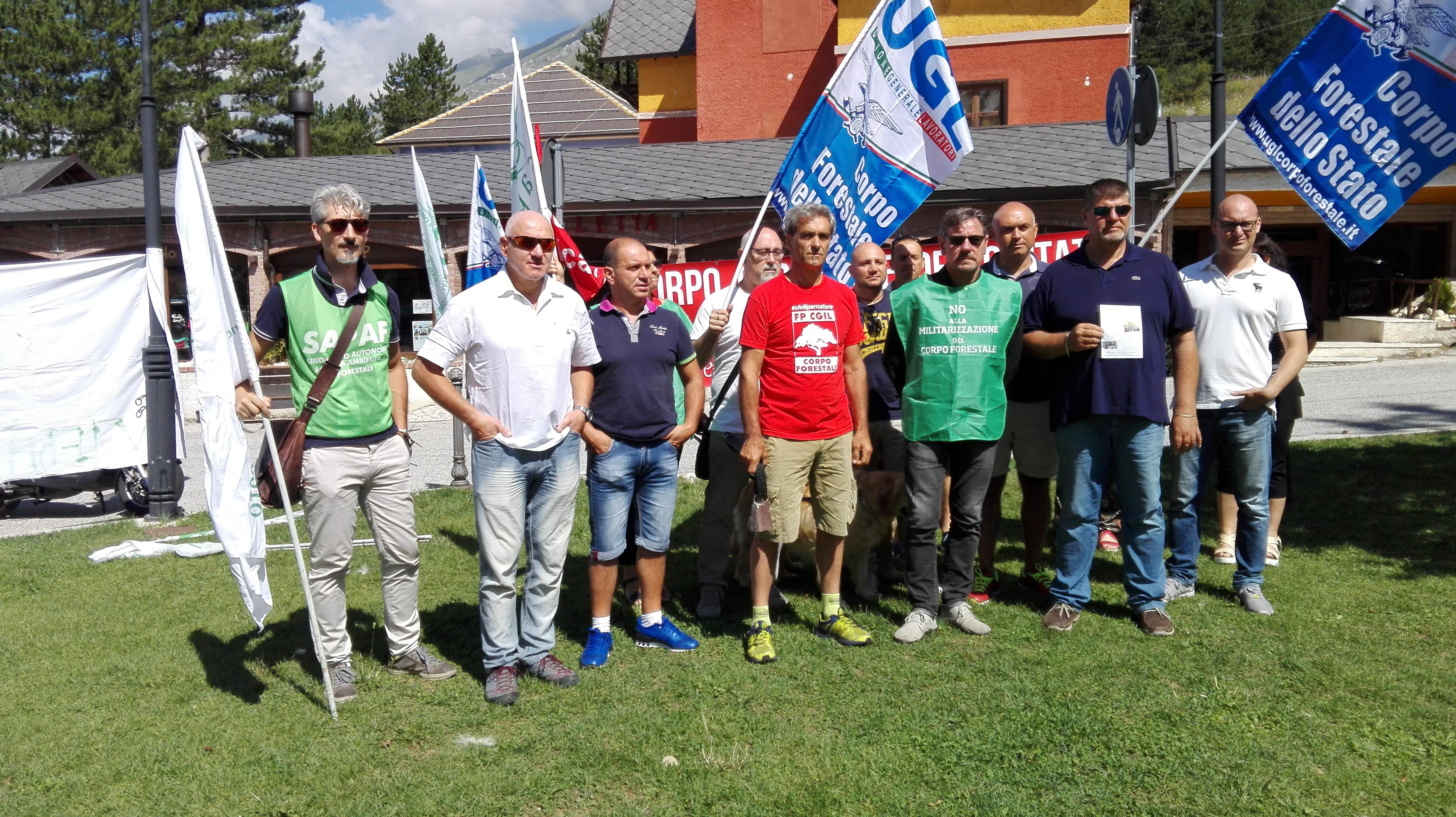 """L'Aquila, la protesta dei Forestali: """"No alla militarizzazione"""""""
