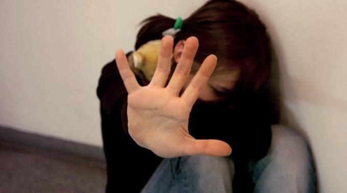 Avezzano: Si prostituisce davanti la figlia, condannata