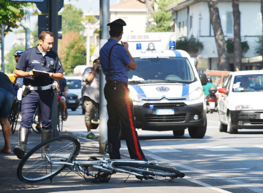 Ciclista investe un pedone sul marciapiede a Pescara