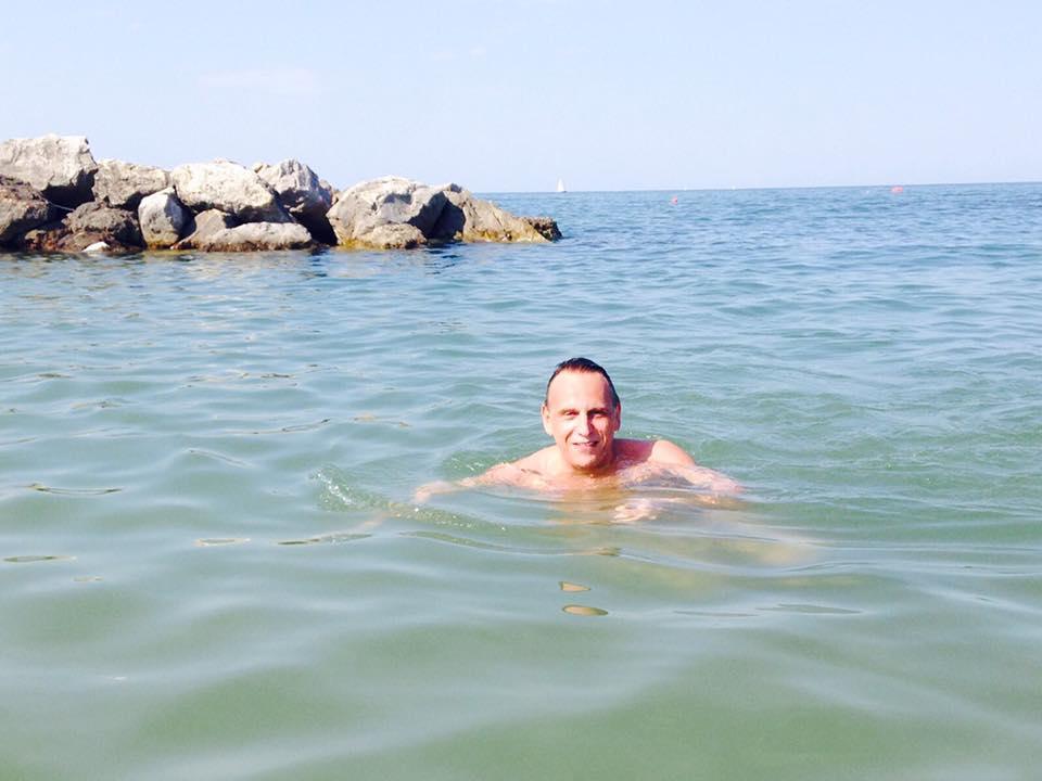 Il bagno in mare di Alessandrini scatena il web