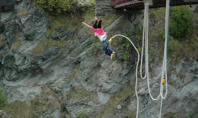 Salle, resta imbrigliata mentre fa jumping