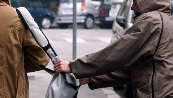 Roseto: scippata e scaraventata a terra tra l'indifferenza dei passanti