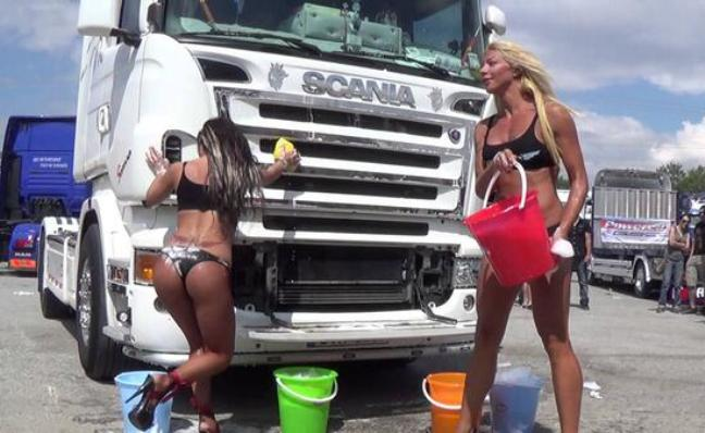 Montesilvano: Sexy Truck Wash sui supercamion in mostra
