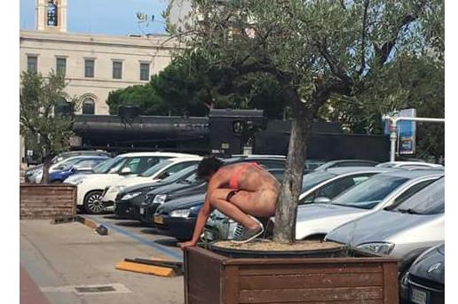 Pescara, denunciata la donna della pipì in pieno centro