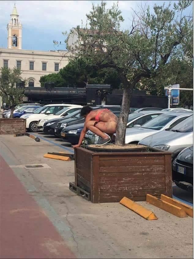 Pescara, seminuda faceva bisogni davanti alla stazione
