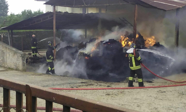 Avezzano, capannone agricolo distrutto dalle fiamme