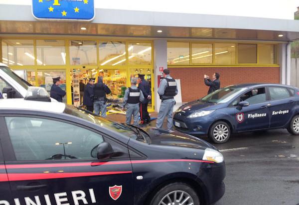 Montesilvano, armi in pugno rapinano l'Eurospin