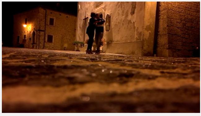 """Gamberale: coppia danza sotto pioggia, Video """"virale"""""""
