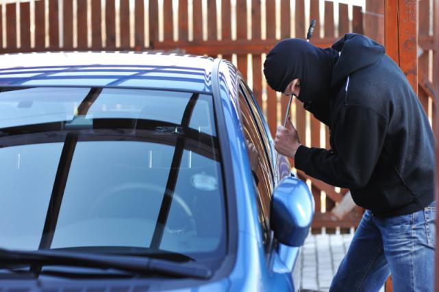 Casalbordino, furto di abiti nell'auto devastata