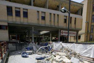L'ospedale San Salvatore crollato