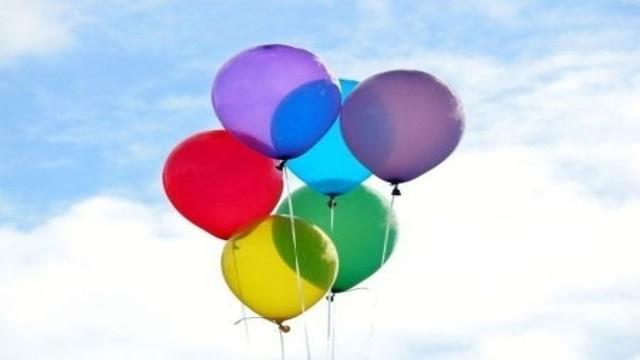 """Pescara, studente """"in volo"""" sull'acqua con i palloncini"""