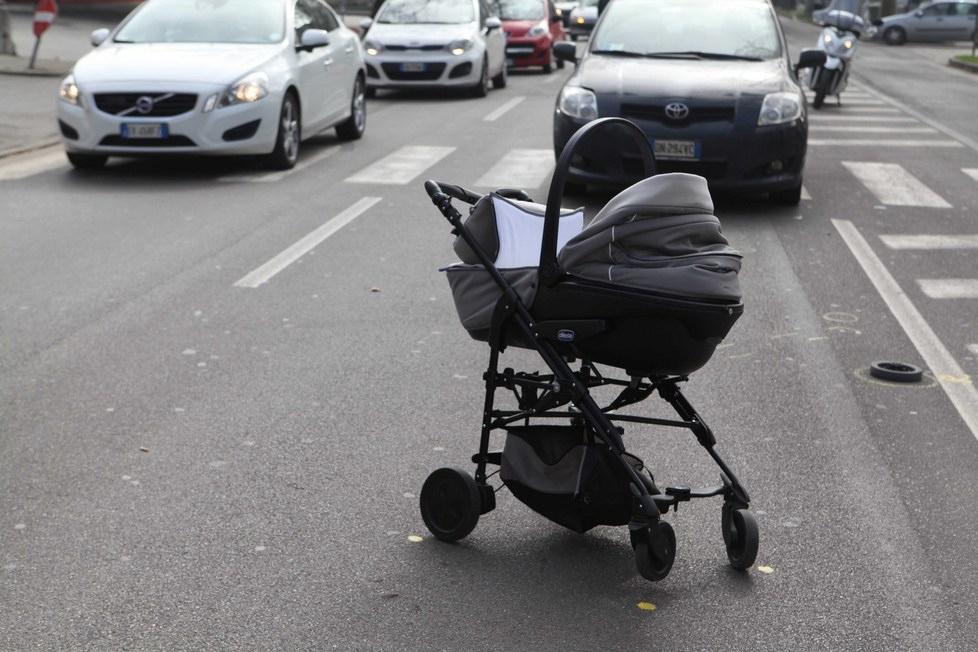 Martinsicuro: Paura per passeggino urtato da un'auto