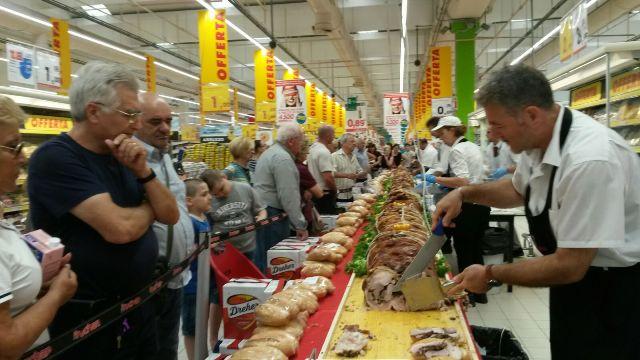 Pescara, Auchan, raccolta per il canile