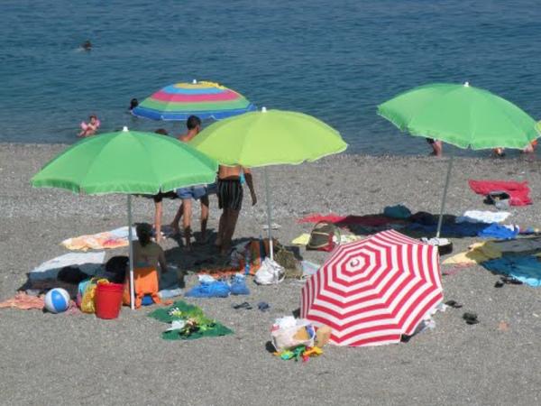 Francavilla, sequestrati 40 ombrelloni abusivi