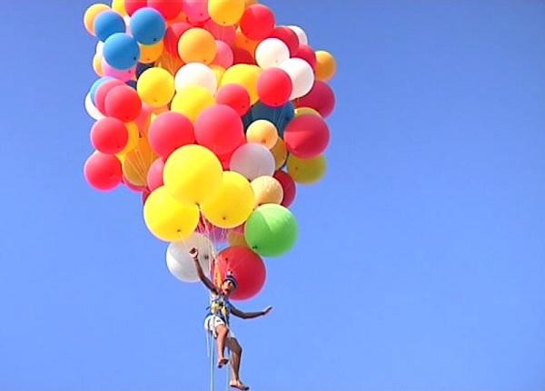 Lo studente che vola sollevato da 200 palloncini
