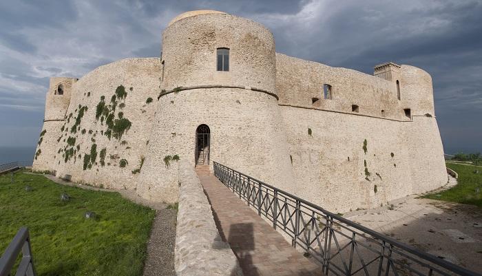Ortona: atti vandalici al Castello, denunciati 4 minori