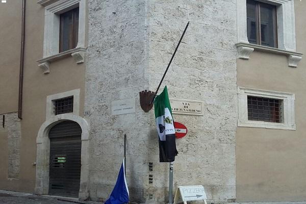 L'Aquila: bandiere rimosse, solo un incidente?