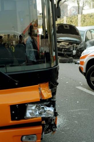 Incidente stradale, furgone contro bus un ferito