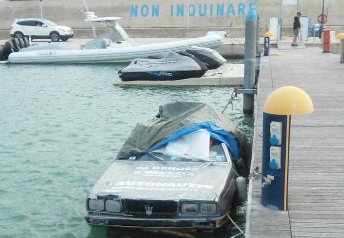 """A Pescara l'auto che """"cammina"""" sul mare"""