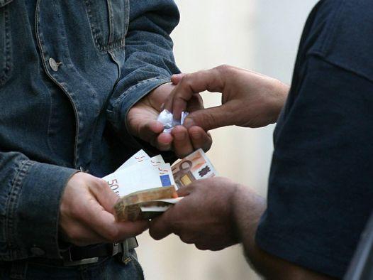 Teramo, albanese bloccato mentre cede cocaina