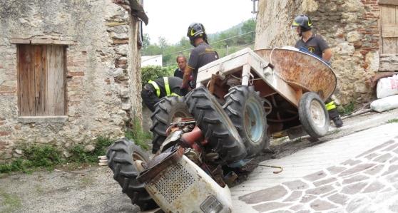 Pizzoli: pensionato si ribalta col trattore e muore