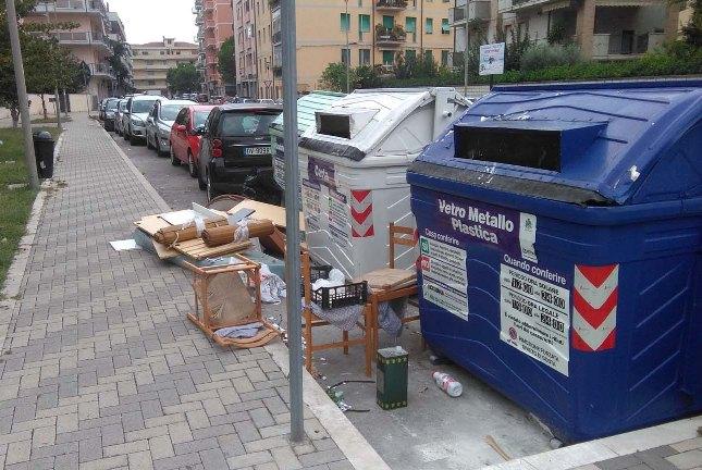 FI Pescara: in via D'Ascanio rifiuti in strada