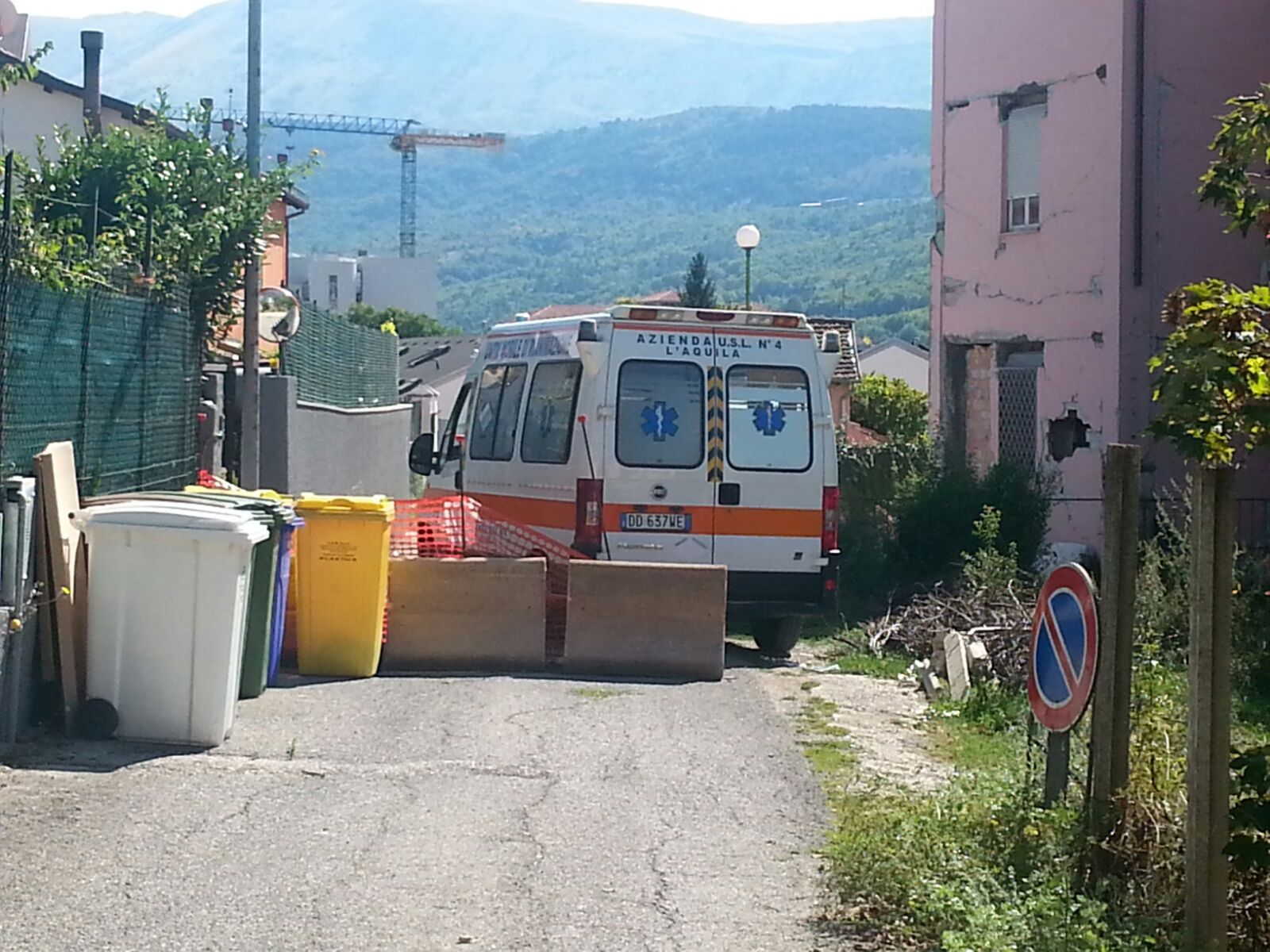 L'Aquila: strada chiusa, ambulanza bloccata