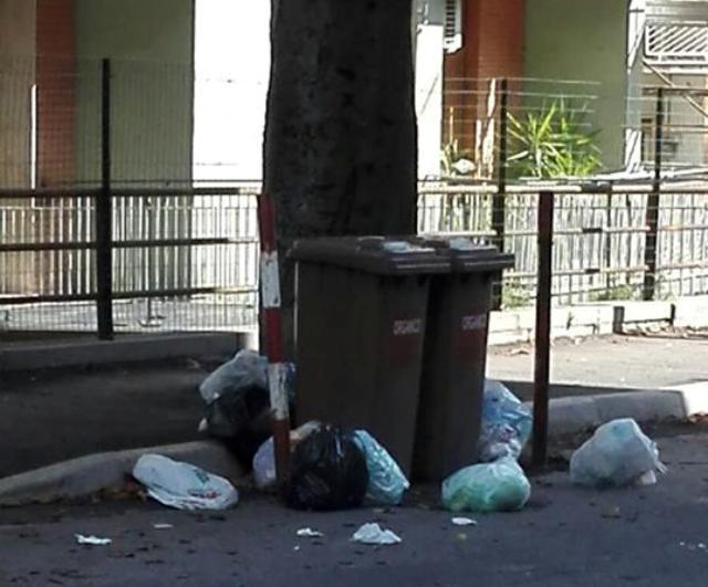 Chieti, rifiuti lasciati in strada in Via Papa Giovanni