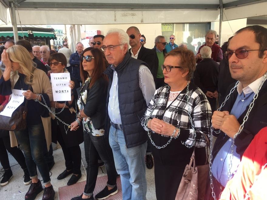 Corso S.Giorgio Teramo : i commercianti si incatenano