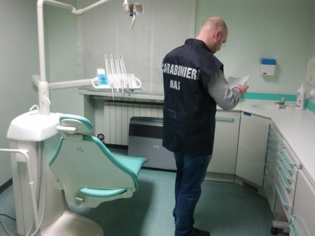 Alba Adriatica, studio dentistico abusivo sequestrato dai NAS