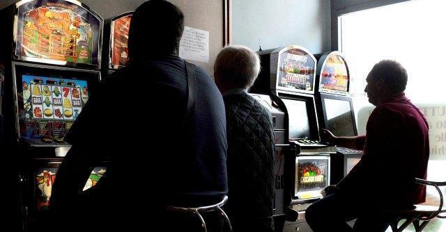 Chieti: detenuto ai domiciliari va a giocare alle slot machine