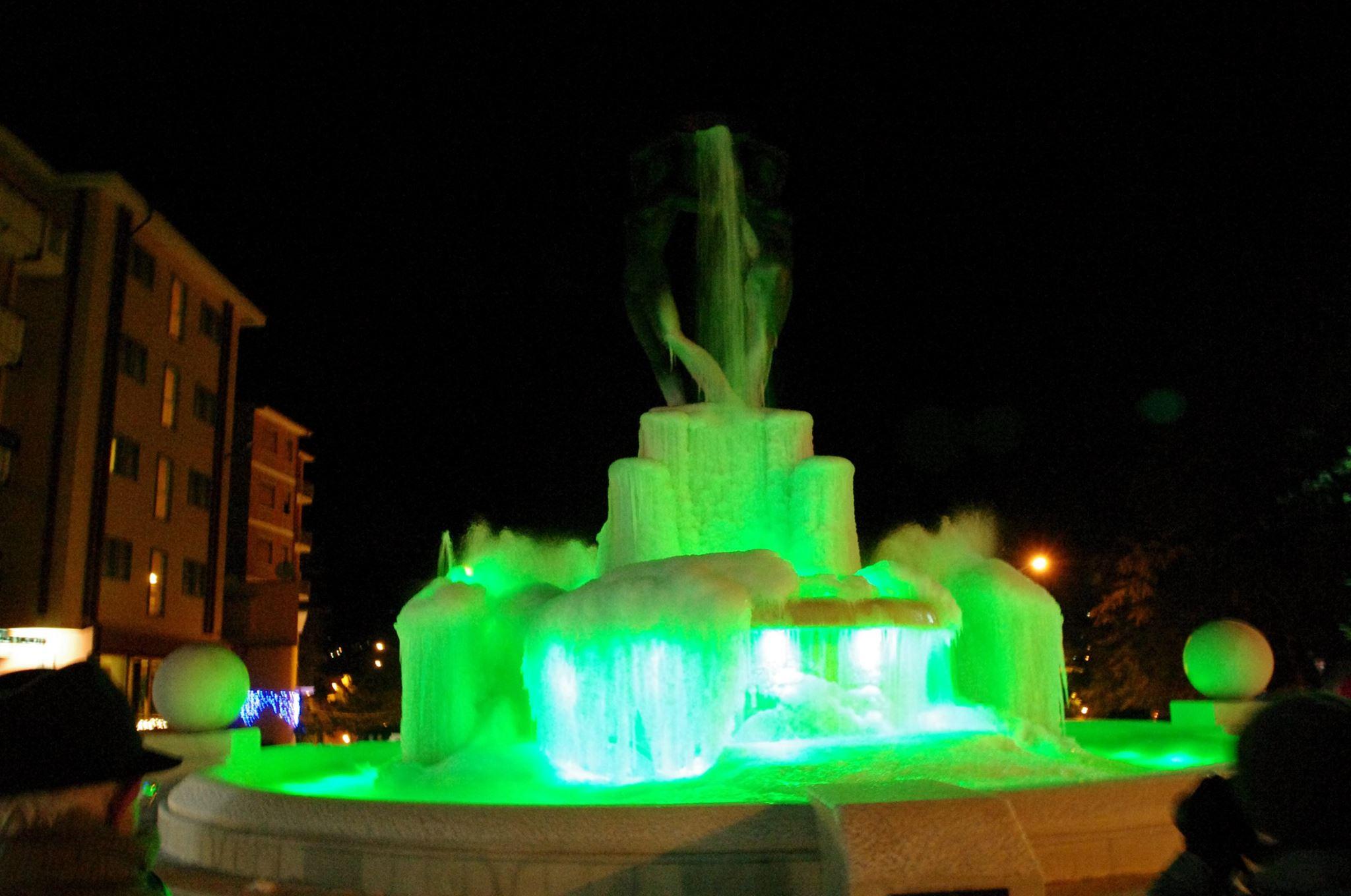 L'Aquila, la Fontana luminosa ghiacciata diventa virale sui social