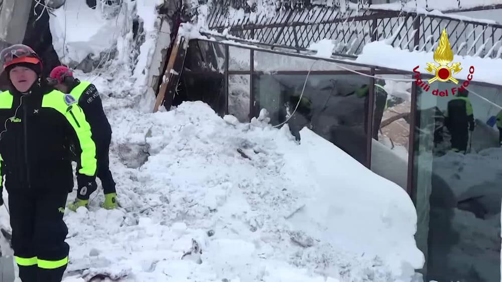 Si scava tra la neve nell'albergo a Farindola travolto dalla valanga