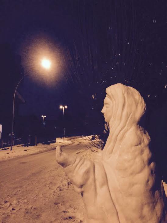 scultura-madonna-neve