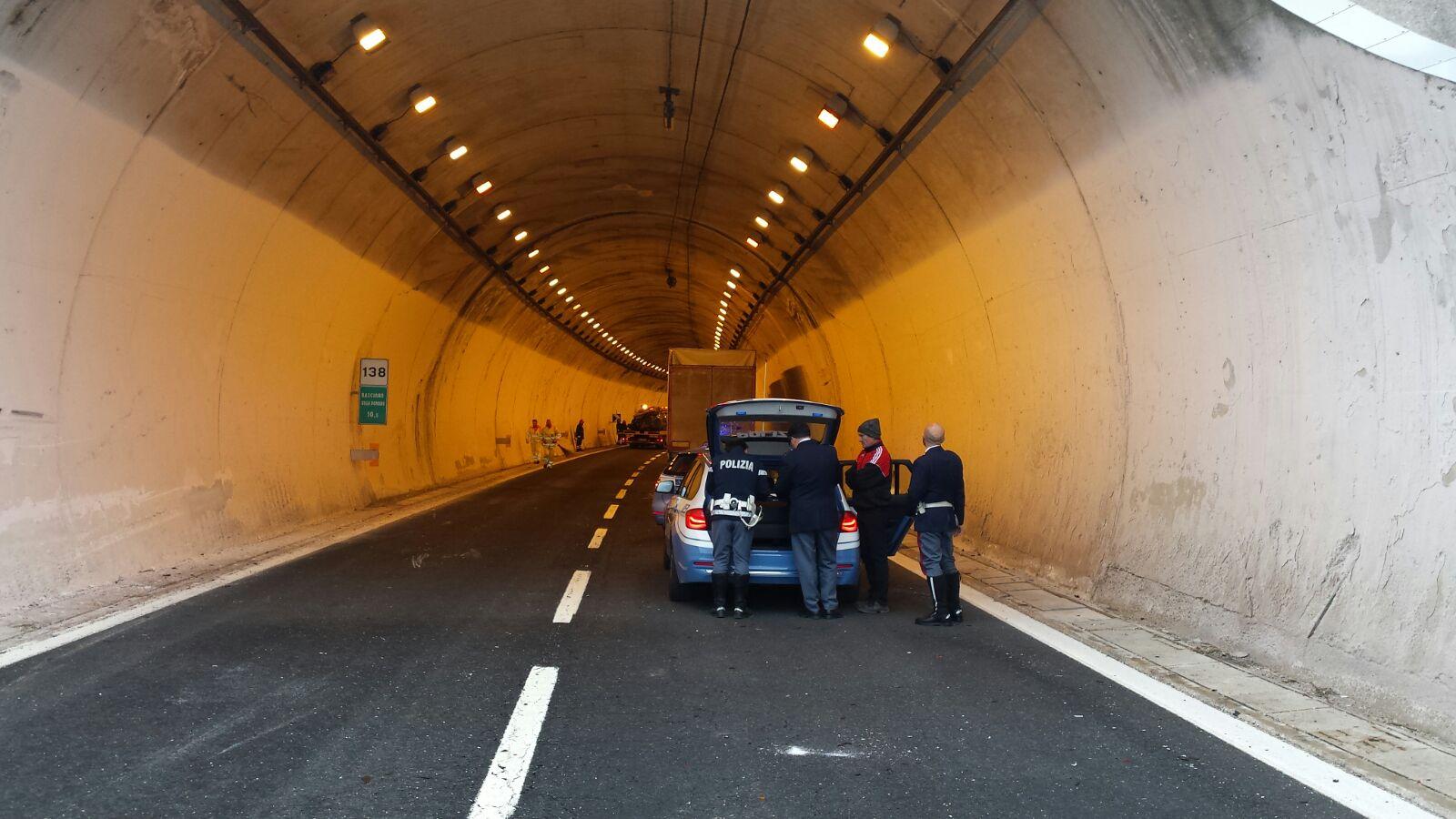 Abruzzo, A25: 70enne si schianta con l'auto in galleria